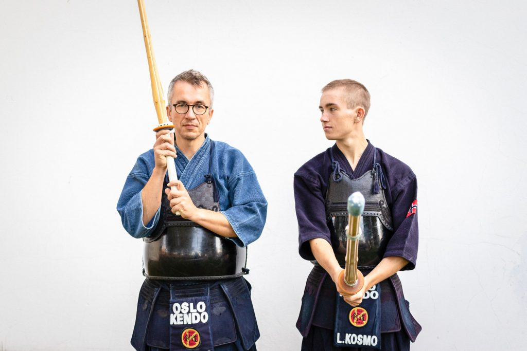 Joakim Kosmo (t.v.) har praktisert Kendo i ca 15 år. Sønnen Leon Kosmo (t.h.) har fulgt etter i farens fotspor.