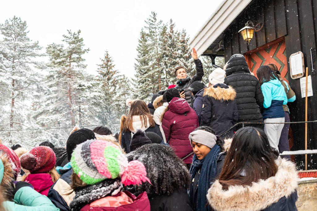 Skolekoret ved St. Sunnivas Ungdomskole i Oslo stiller hvert år i slutten av november som kapellvakter en hel helg ved Østmarkskapellet i Østmarka. Korleder og dirigent Annette Kjøllesdal gir instrukser til ungdommene.